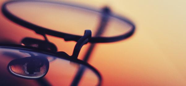 夕日に照らされる美しいメガネの画像